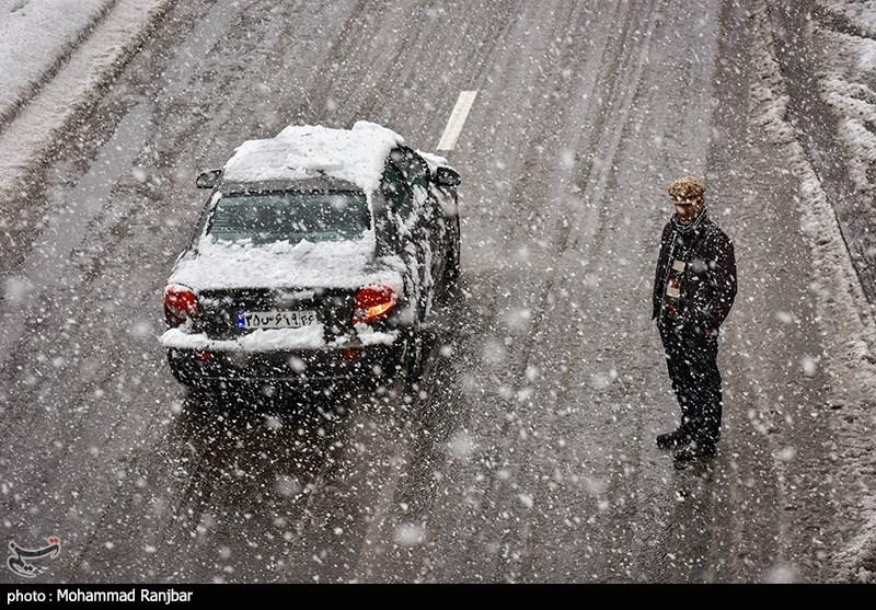 آزادراه قزوین-رشت همچنان مسدود است/بارش برف در جادههای 16 استان