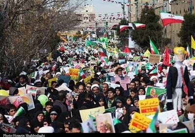 الشعب الإیرانی یحیی ذکرى انتصار الثورة الإسلامیة بمسیرات ملیونیة