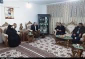 اهدای پرچم حرم حضرت زینب(س) به فرمانده سپاه کردستان از سوی مادر شهید مدافع حرم +تصاویر