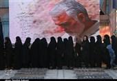 کرمان| صحنههای ناب دلدادگی در مزار حاج قاسم؛ صف عاشقی طولانیتر میشود + فیلم