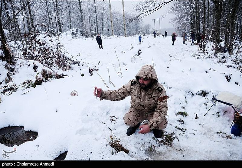 کردستان| تلاش نیروهای سپاه برای بازگشایی روستاهای محاصره در برف دیواندره/ توزیع بسته غذایی در میان مردم