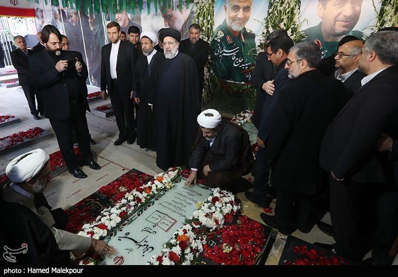 حضور رئیس قوه قضائیه در گلزار شهدای کرمان / رئیسی به مقام شامخ حاج قاسم ادای احترام کرد + فیلم