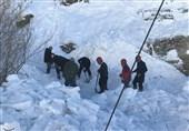 تلاش راهداران برای پاکسازی بهمن در محور کرج - چالوس + فیلم