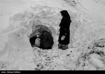 عین الله رضایی با کمک همسایگان نزدیک به دو متر برف زیر پایشان را خالی کردند تا به چشمه آب برسند.