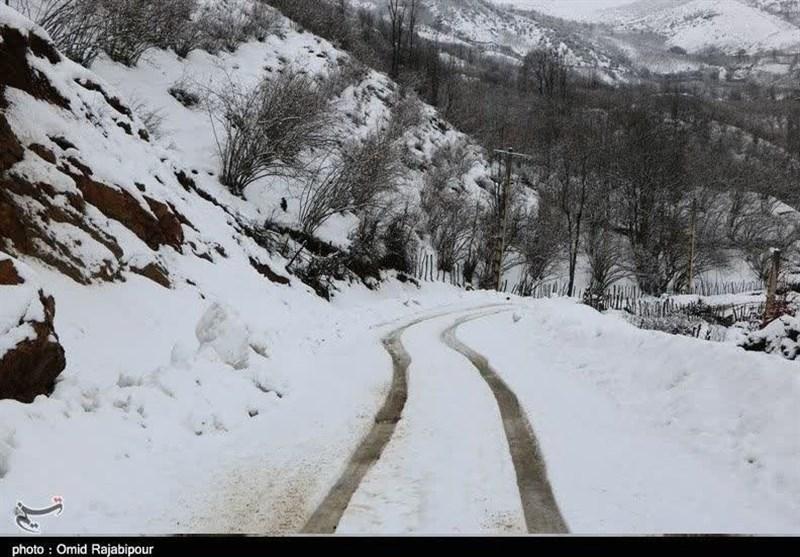 """برف محورهای مواصلاتی """"هراز، کندوان و سوادکوه"""" را مسدود کرد / دریای خزر طوفانی شد"""