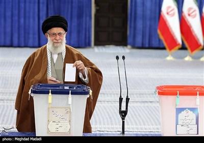 الامام الخامنئی یدلی بصوته فی انتخابات مجلسی الشورى وخبراء القیادة