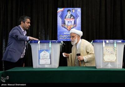 آیت الله جنتی رئیس مجلس خبرگان رهبری و دبیر شورای نگهبان در محل صندوق اخذ رای در شورای نگهبان