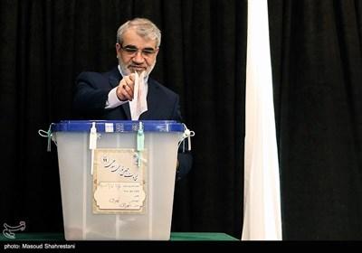 عباسعلی کدخدایی سخنگوی شورای نگهبان در محل صندوق اخذ رای در شورای نگهبان