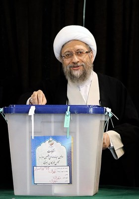 آیت الله آملی لاریجانی رئیس مجمع تشخیص مصلحت نظام در محل صندوق اخذ رای در شورای نگهبان