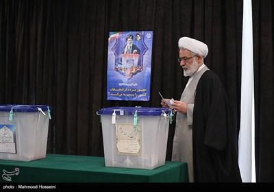 حجت الاسلام منتظری دادستان کل کشور در محل صندوق اخذ رای در شورای نگهبان