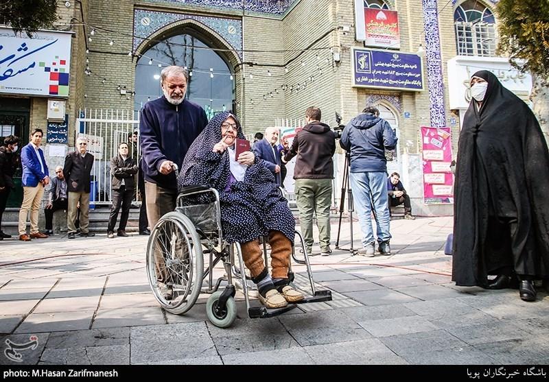 elderly couple voting