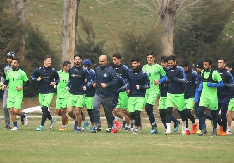 حضور بازیکنان استقلال با ماسک در ورزشگاه امام علی (ع) سیرجان + عکس