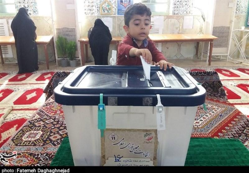 گزارش ویدیویی تسنیم از متن و حاشیه انتخابات پرشور در تبریز/از متولدین 88 تا 99 سالهها در پای صندوقهای رای + فیلم