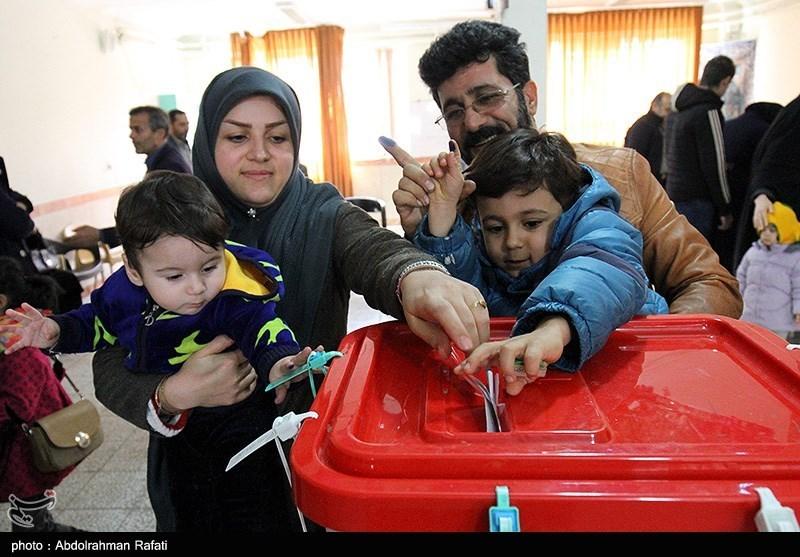 A family votes in Hamedan