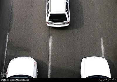 مساله مهم این است که تحت هر شرایطی نباید بیش از یک خودرو بین دو خط قرار گیرند