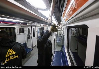 تعقيم عربات مترو الأنفاق في طهران