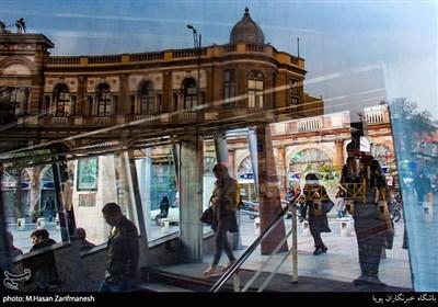 این محله از طریق مترو به راحتی قابل دسترسی میباشد و حسن اباد یکی از پر رفت و آمد ترین ایستگاه ها می باشد.