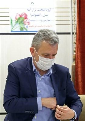 ریچارد برنان رئیس هیئت اعزامی سازمان جهانی بهداشت در نشست خبری نمایندگان سازمان جهانی بهداشت در قم