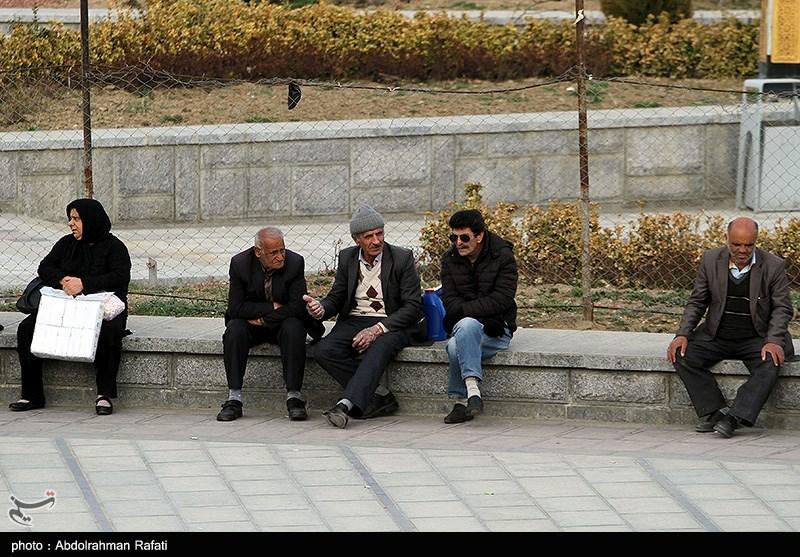 گزارش  جولان مسافران نوروزی در مشهد / «عکس یادگاری با المانها، صف طولانی برخی بانکها و بیخیالی در قبال کرونا»