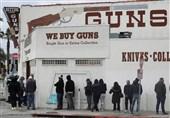 تشکیل صفهای طویل برای خرید اسلحه در آمریکا در پی شیوع کرونا! + تصاویر
