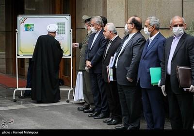 امضای تمبر یادبود تلاشگران خط مقدم مبارزه با ویروس کرونا توسط حجتالاسلام حسن روحانی رئیس جمهور