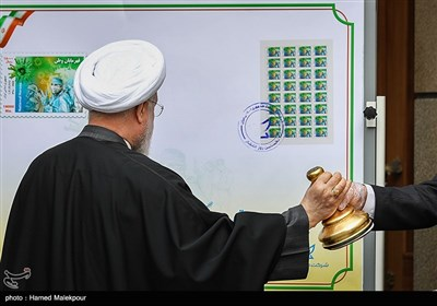 ابطال تمبر یادبود تلاشگران خط مقدم مبارزه با ویروس کرونا توسط حجتالاسلام حسن روحانی رئیس جمهور