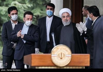 حجتالاسلام حسن روحانی رئیس جمهور در حاشیه آخرین جلسه هیئت دولت در سال ۹۸
