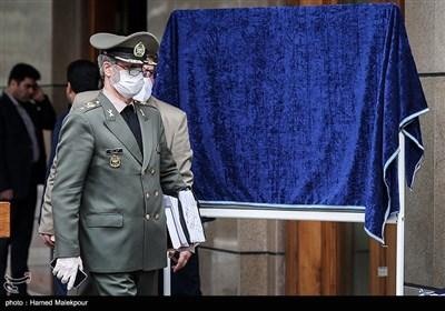 امیر سرتیپ حاتمی وزیر دفاع در حاشیه آخرین جلسه هیئت دولت در سال ۹۸