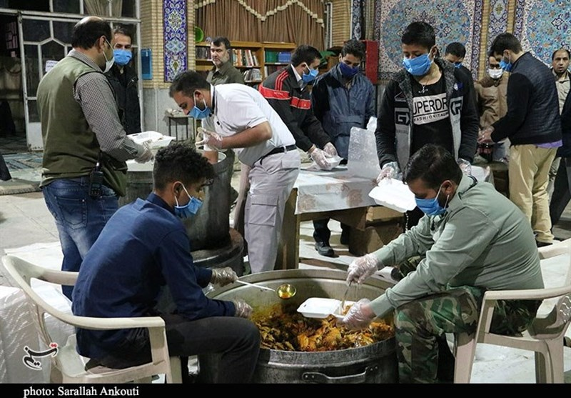 توزیع غذای سفیران حاج قاسم در شب بارانی کرمان + فیلم