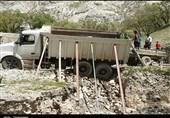 """اهالی روستای"""" تنگ رواق"""" 18 سال منتظر تکمیل 5 کیلومتر آسفالت جاده دسترسی نشستهاند"""