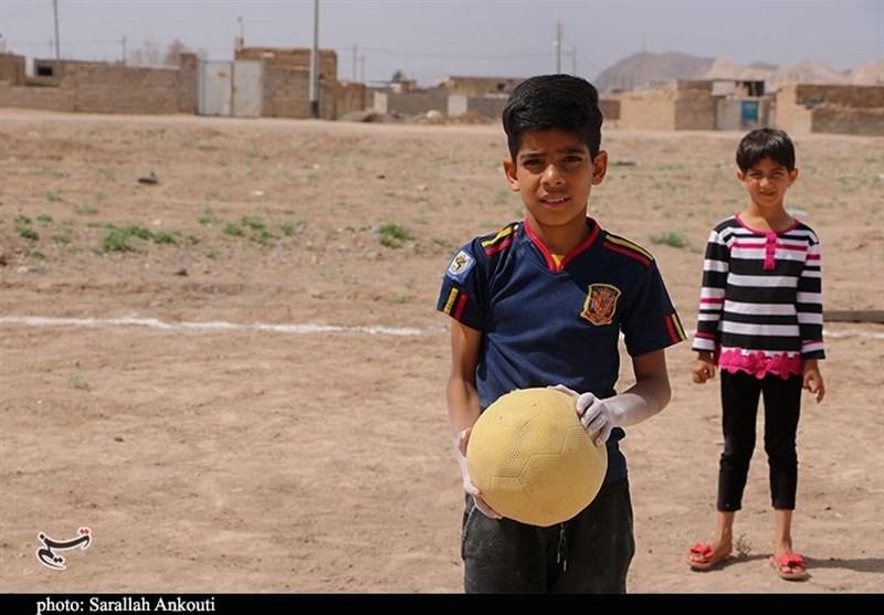 کرمان| گزارش ویدئویی تسنیم از بچههایی که منتظر وعده مسئولان نمیمانند؛ دستهای کوچکی که در حاشیه شهر زمین فوتبال میسازد