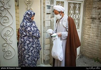 پخش بسته های مواد ضدعفونی کننده و شوینده های بهداشتی به مردم توسط بسیجیان