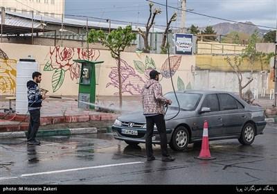 ضدعفونی کردن خودروها توسط بسیجیان