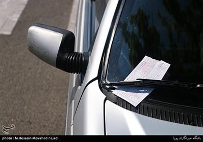 جریمه کردن پلیس راهنمایی رانندگی بابت پارک کردن خودرو ها در خط ویژه اتوبوس