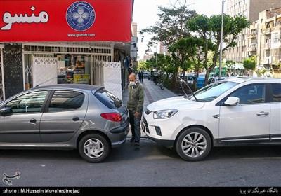 پارک کردن بر روی خطوط عابر پیاده باعث سختی رفت وآمد شهروندان شده است.