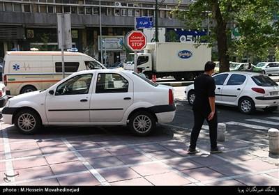 پارک کردن خودروها در پیاده رو به علت نبود جای پارک در حاشیه خیابان ها و پارکینگ های عمومی