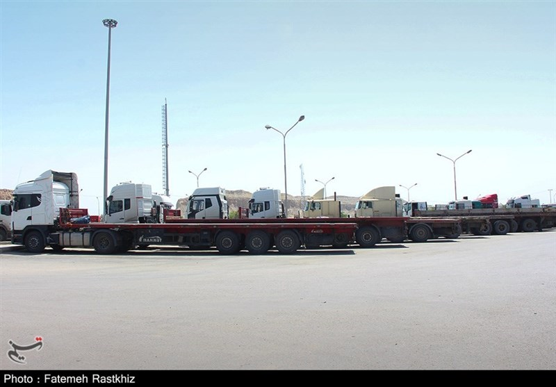 گزارش ویدئویی تسنیم| حمل کالاهای اساسی مردم از قطب اقتصاد ایران / رانندگان برای مردم ایران سنگ تمام گذاشتند