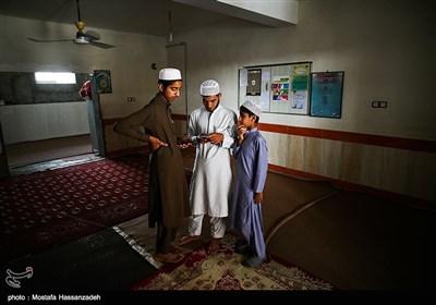 تعدای از قاریان قرآن بعد از تمام شدن کلاس ها برای استراحت به خوابگاه آمده اند