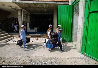 بدلیل نزدیک بودن عید فطر تعدادی از شاگردها به خانه خود بر میگردند