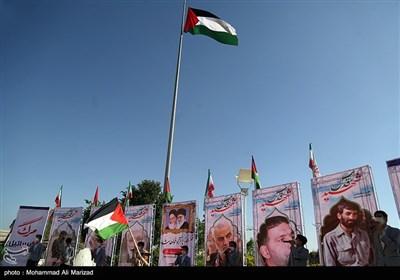 اهتزاز پرچم بزرگ فلسطین در قم به مناسبت روز قدس در حاشیه جلسه شورای اداری استان قم