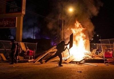 نیران غضب المحتجین ضد العنصریة تلتهم سیارات الشرطة الأمریکیة