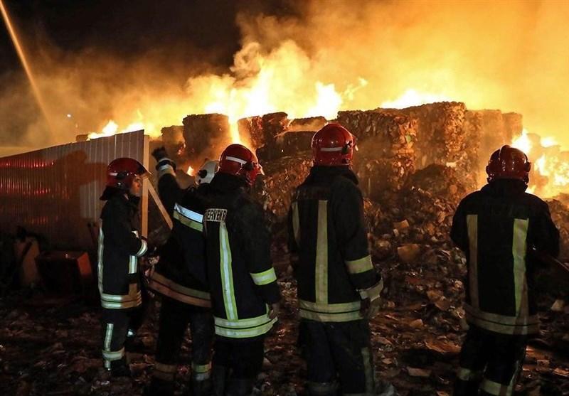 بخشی از انبارهای شرکت فولاد خوزستان در آتش سوخت/ ادامه تلاشها برای مهار آتش سوزی