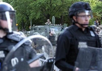 شرطة نیویورک تنهال بالضرب على المتظاهرین ضد العنصریة أمام منزل الحاکم