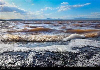 سرخ شدن دریاچه نمک قم