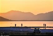بیمهری انسانها به تنها دریاچه صورتی استان فارس/ زبالهها چهره «مهارلو» را نازیبا کردند + فیلم