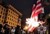 معترضان پس از اظهارات ترامپ پرچم آمریکا را در نزدیکی کاخ سفید به آتش کشیدند
