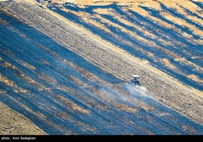 آتش زدن زمین های کشاورزی که از روش های غیر اصولی برای تغییر کاربری زمین کشاورزی میباشد که با توجه به اخطار های سازمان محیط زیست به کشاورزان و پیشنهاد روش جایگزین ،از این روش غیر اصولی همچنان استفاده میگردد و منجر به آلودگی محیطی بسیار شدید در منطقه شده است.