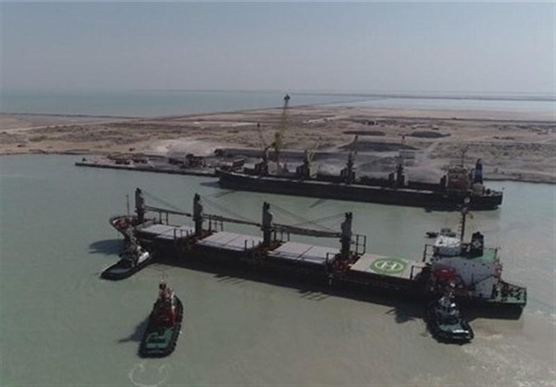 خبر خوش برای کشاورزان/ نخستین کشتی حامل 20هزار تن خاک فسفات در بوشهر پهلو گرفت+ فیلم