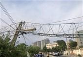 سقوط دکل مخابراتی بر روی کابل و تیر برق + تصاویر