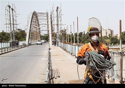 اين پل شرق اهواز را به غرب آن که منطقه تجاري و اداري مهم اهواز است وصل ميكند. پل سفيد با قدمت 83 ساله نماد شهر اهواز و استان خوزستان است. این پل با نام های پل سفید، معلق و هلالی شناخته می شود که در سال ۷۸ درفهرست آثار ملی ایران ثبت شده است.